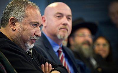 Le ministre de la Défense, Avigdor Liberman, visite un nouveau centre militaire à Katzrin, dans le nord d'Israël, le 10 avril 2018 (Meir Vaknin / Flash90)