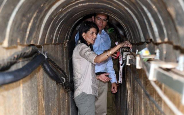 L'ambassadrice américaine à l'ONU, Nikki Haley, visite un tunnel terroriste construit par le Hamas à entre Israël et la bande de Gaza, le 8 juin 2017 (Matty Stern / US Embassy Tel Aviv)