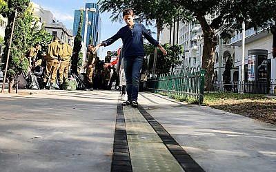 Un enfant sur le sentier de l'Indépendance sur le boulevard Rothschild à Tel Aviv, le 11 avril 2018 (publié avec autorisation)