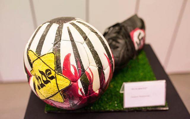 L'exposition au musée du River Plate compte notamment six ballons de football illustrés. Celui-ci a été réalisé par Gustavo Nemirovsky (Tabare da Ponte / publié avec l'autorisation de 'No Fue un Juego' via JTA)