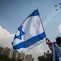 Des Israéliens regardent la démonstration aérienne au parc Saker lors du 69e Jour de l'Indépendance d'Israël à Jérusalem, le 2 mai 2017 (Hadas Parush / Flash90)