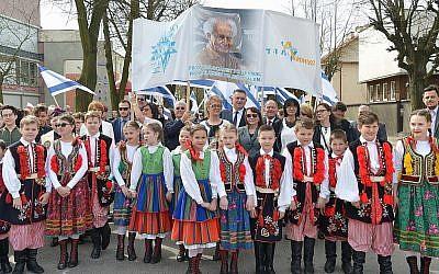 Des résidents polonais de Plonsk, ainsi que de nombreux responsables, se sont rassemblés en l'honneur du 70e anniversaire de l'indépendance d'Israël, le 15 avril 2018 (Yossi Zeliger / Limmud FSU)