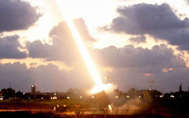 Une batterie de défense anti-missiles dôme de fer installée près de la ville d'Ashdod, dans le sud d'Israël, tirant un missile d'interception le 16 juillet 2014 (Miriam Alster / Flash90)