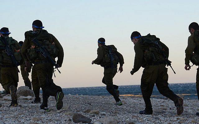 Illustration : Des soldats de Tsahal courent le long de la plage, le 13 février 2014 (Omer Shaul / porte-parole de Tsahal / Flickr)