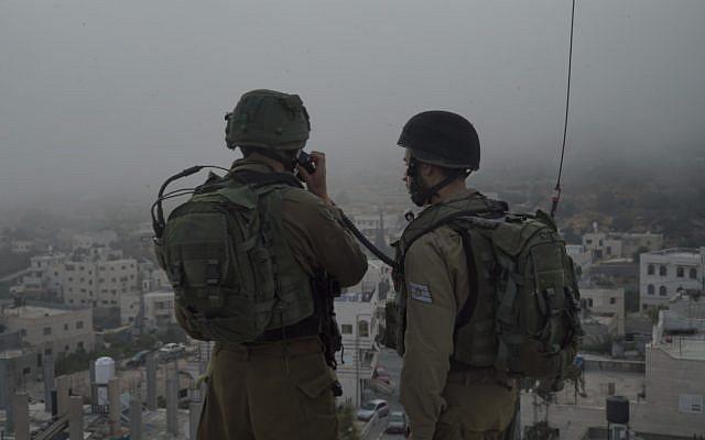 Illustration : Des soldats de Tsahal mènent des incursions en Cisjordanie le 27 septembre 2017. (Armée Israélienne)