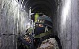 Des hommes armés de la branche armée du Jihad islamique, les Brigades Al-Quds, dans un tunnel utilisé pour transférer des roquettes et des mortiers en vue du prochain conflit avec Israël, alors qu'ils participent à un entraînement militaire dans le sud de la bande de Gaza, le 3 mars 2015 (AFP / Mahmud Hams)