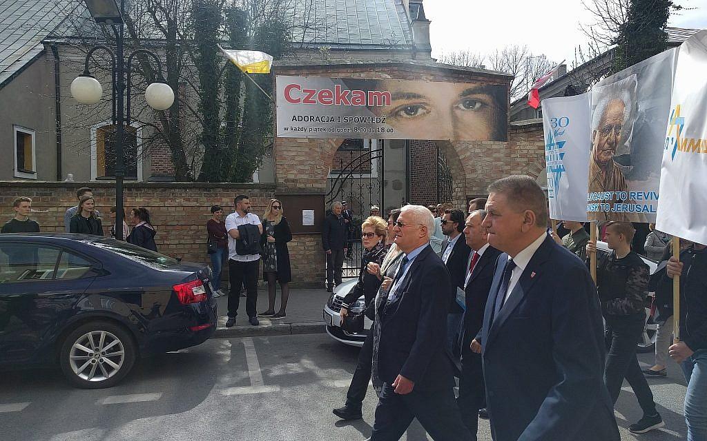 Le maire de Plonsk, Andrzej Pietrasik, au premier plan, défile avec des responsables, dont Chaim Chessler et Sanra Cahn, co-fondateurs du Limmud FSU, qui dirigent une procession en l'honneur du 70e anniversaire d'indépendance d'Israël (Yaakov Schwartz / Times of Israël)