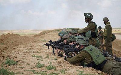 Les soldats israéliens se préparent à des manifestations massives de la part des Palestiniens à Gaza et à la possibilité que des manifestants tentent de franchir la barrière de sécurité le 30 mars 2018. (Forces de défense israéliennes)