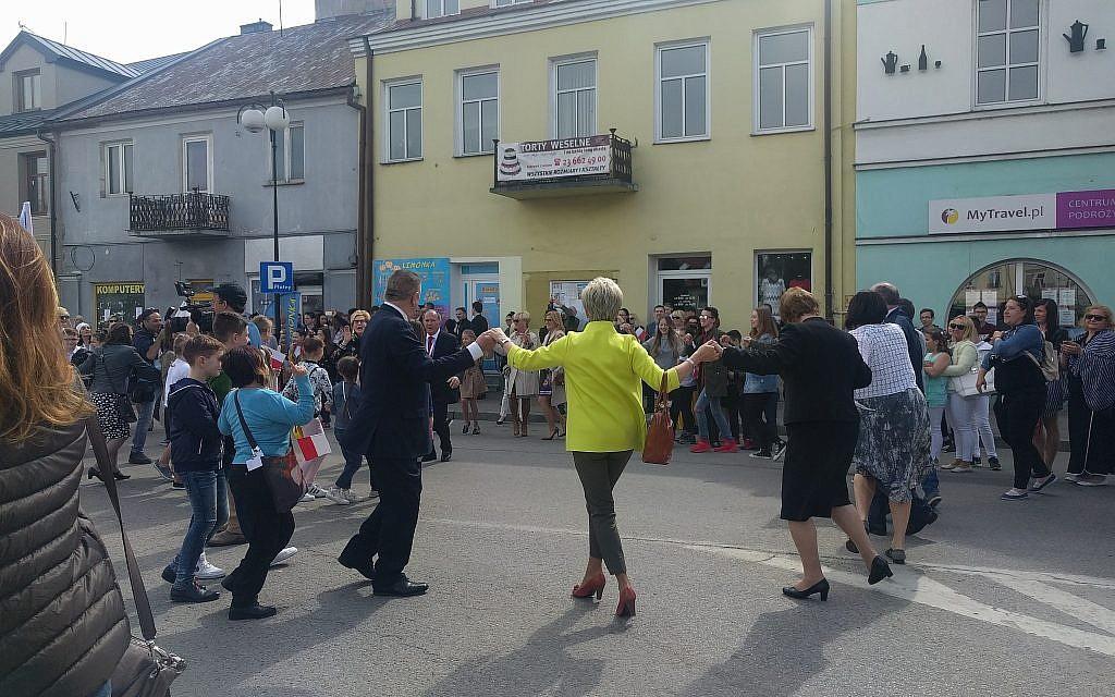 Andrzej Pietrasik, maire de la ville de Plonsk, danse la hora avec des invités et des participants le dimanche 15 avril 2018, en l'honneur du 70e anniversaire d'indépendance d'Israël (Yaakov Schwartz / Times of Israël)