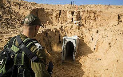 Un officier de l'armée israélienne examine un tunnel du Jihad islamique palestinien détruit, qui menait de Gaza à Israël, à proximité du kibboutz israélien de Kissufim, en janvier 2018 (Jack Guez / AFP / POOL)