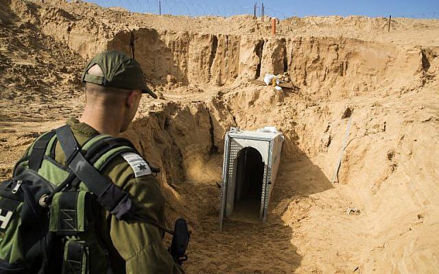 Un officier de l'armée israélienne examine un tunnel du Jihad islamique palestinien détruit, qui menait de Gaza à Israël, à proximité du kibboutz israélien de Kissufim, en janvier 2018 (Crédit : Jack Guez / AFP / POOL)