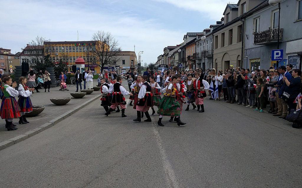 Des enfants polonais habillés avec des costumes colorés lors d'une danse traditionnelle lors d'un événement marquant les 70 ans d'indépendance d'Israël, dans la ville de naissance de David Ben Gourion à Plonsk, en Pologne, le 15 avril 2018 (Yaakov Schwartz / Times of Israël)