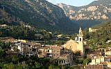 La ville de Valldemossa sur l'île de Majorque, en Espagne, le 4 mai 2003 (Crédit : CC BY-SA Wikimedia commons)