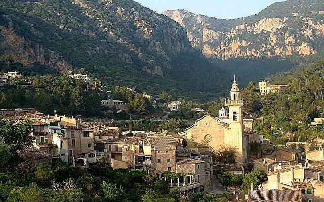 La ville de Valldemossa sur l'île de Majorque, en Espagne, le 4 mai 2003. (Crédit : CC BY-SA Wikimedia commons)