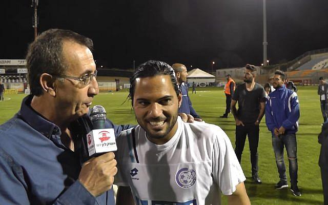 Le footballeur israélien de Premier League Lior Asulin (à droite) interviewé après un match en mars 2015. (Capture d'écran : YouTube)