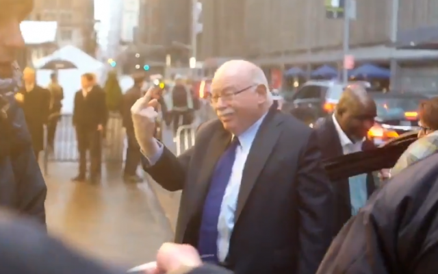 Michael Steinhardt, fondateur de Birthright Israël, fait un doigt d'honneur à des manifestants qui appellent au boycott de son association, à l'entrée de son dîner de gala à New York, le 15 avril 2018 (Crédit : capture d'écran/Twitter)