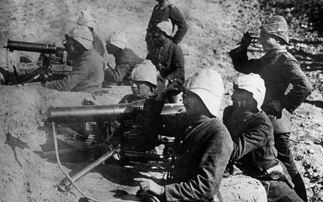 Position de mitrailleuse turque avec des officiers allemands lors des combats pendant la batailles des Dardanelles, en Turquie, pendant la guerre de 1914 - 1918 (Crédit : Bundesarchiv, Bild 183-S29571 / CC-BY-SA 3.0)