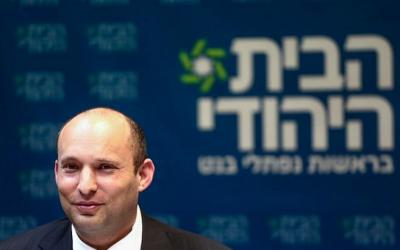 Le président de HaBayit HaYehudi Naftali Bennett dirige une réunion de son parti à la Knesset le 12 mars 2018. (Crédit : Miriam Alster / Flash90)