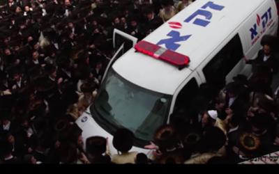 Un groupe de participants radicaux ultra-orthodoxes ont saisi le corps du bébé noyé de l'ambulance durant ses funérailles (capture d'écran : Bahazit / YouTube)