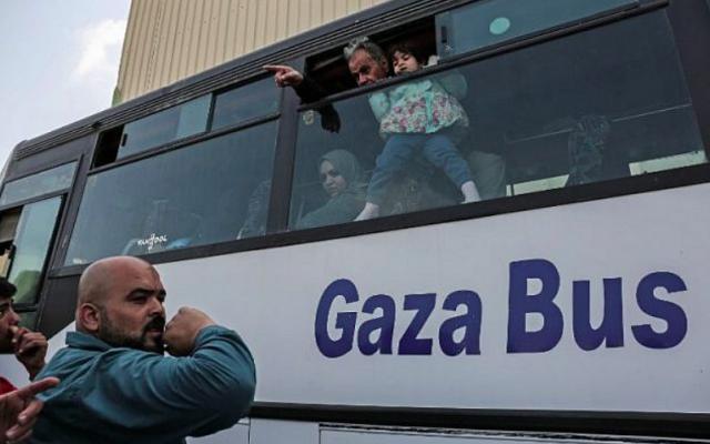 Des Palestiniens s'apprêtent à se rendre en Egypte après l'ouverture du poste frontalier de Rafah pendant trois jours pour des affaires humanitaires, dans le sud de la bande de Gaza le 12 avril 2018. (Crédit : AFP / SAID KHATIB)