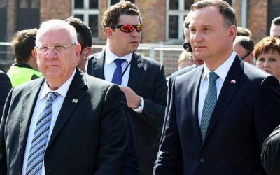 """Le président polonais Andrzej Duda (d) et le président israélien Reuven Rivlin (g) arrivent à Oswiecim le 12 avril 2018 à la """"Marche des vivants"""", une marche annuelle de commémoration de l'Holocauste entre les anciens camps de la mort d'Auschwitz et de Birkenau (Crédit : Janek Skarzynski / AFP)"""