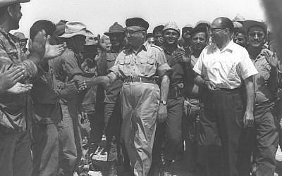 Le Premier ministre Levi Eshkol, au centre, et le futur Premier ministre Menachem Begin, à droite, saluent les troupes dans la péninsule du Sinaï à la suite de la guerre des Six jours, le 13 juin 1967 (GPO)
