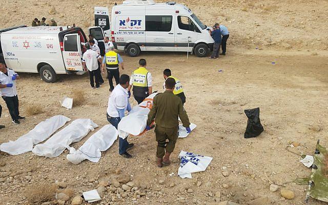 Les bénévoles du service de secours  ZAKA transportent les corps des adolescents israéliens tués lors d'une crue subite à proximité de la mer Morte, le 26 avril 2018 (-Crédit :  ZAKA)