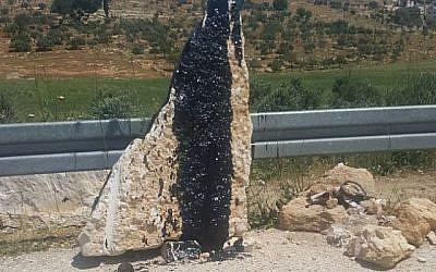 Le monument érigé pour Eitam et Naama Henkin, qui ont été tués lors d'une attaque terroriste en 2015, a été trouvé vandalisé le 30 avril 2018. (Yedidya Asraf)