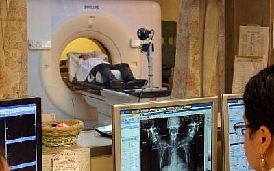 Une femme atteinte d'un cancer du sein lors d' un scanner (Chen Leopold / FLASH90)