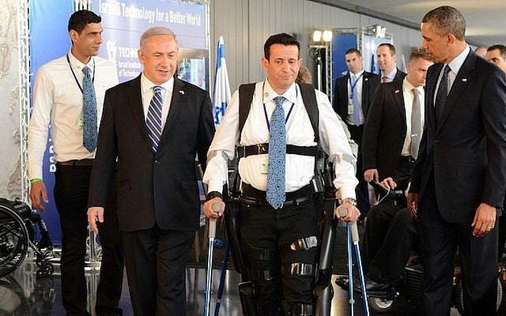 Le Premier ministre Benjamin Netanyahu, Barack Obama et le vétéran handicapé de l'armée israélienne, Radi Kaiuf, lors de la démonstration du systèmie d'exosquelette ReWalk. Kaiuf, qui était auparavant presque complètement paralysé, a terminé le Marathon d'Israël en 2012 en utilisant le système (Kobi Gideon / GPO / FLASH90)
