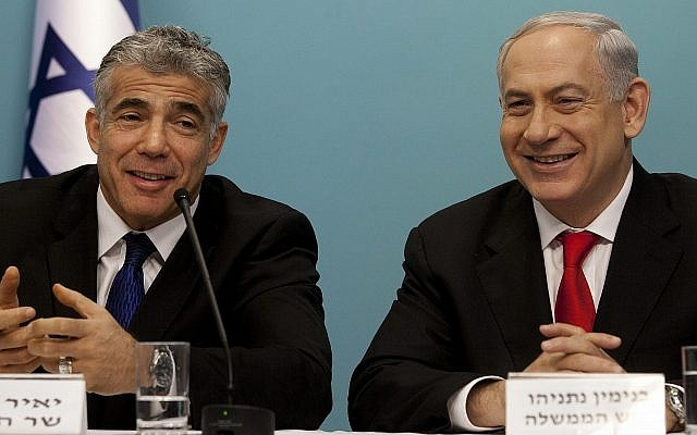 Le Premier ministre Benjamin Netanyahu, à droite, et le ministre des Finances d'alors Yair Lapid au cours d'une conférence de presse au sujet de la réforme des ports israéliens à Jérusalem, le 3 juillet 2013 (Crédit :Flash90)