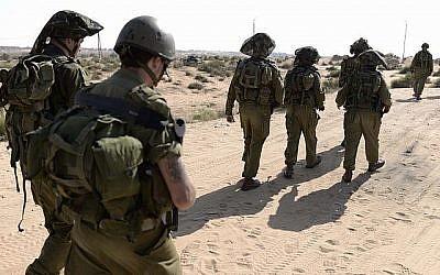 Les Forces de défense israéliennes de Réserve de la 10e division de l'armée israélienne alors qu'ils gardent une colonie près de la frontière israélienne à Gaza le 14 août 2014. (Tomer Neuberg / Flash90)