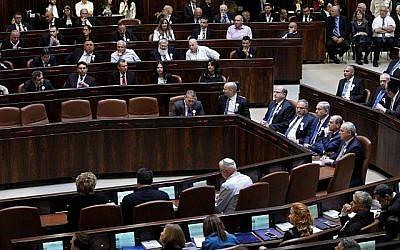 Vue générale de la salle des séances plénières lors d'une cérémonie de prestation de serment pour la 20e Knesset le 31 mars 2015. (Miriam Alster/Flash90)