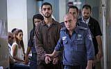 Ali Abu Hassan, un étudiant palestinien de Hébron qui a été arrêté il y a deux semaines avec des explosifs dans son sac à Jérusalem, est amené pour une audience devant le tribunal de district de Jérusalem le 2 août 2016 (Crédit : Yonatan Sindel / Flash90)