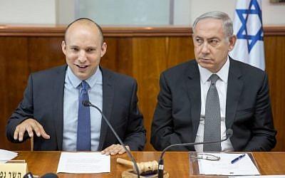 Le Premier ministre Benjamin Netanyahu (à droite) en compagnie du ministre de l'Éducation Naftali Bennett lors de la réunion hebdomadaire du cabinet à Jérusalem le 30 août 2016. (Emil Salman/POOL)