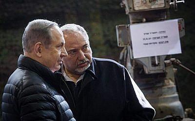 Le ministre de la Défense Avigdor Liberman (à droite) et le Premier ministre Benjamin Netanyahu visitent la Division Cisjordanie de Tsahal, près de l'implantation israélienne de Beit El, le 10 janvier 2017. (Hadas Parush/Flash90)