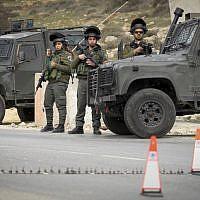 Illustration: Les agents de la police des frontières gardent un poste de contrôle en Cisjordanie le 26 janvier 2017 (Crédit : Wisam Hashlamoun / Flash90)