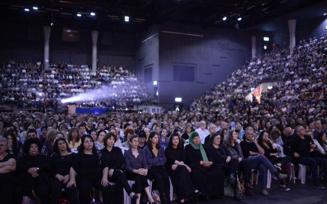 Des Palestiniens et des Israéliens assistent à une cérémonie commémorative israélo-palestinienne à Tel Aviv le 30 avril 2017, alors qu'Israël marque son Jour commémoratif annuel pour les soldats tombés au champ d'honneur et les victimes de la terreur. (Tomer Neuberg/Flash90)