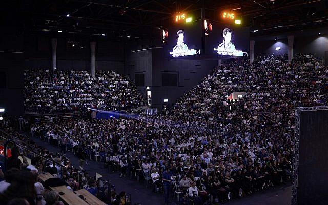 Les participants à une cérémonie commémorative israélo-palestinienne tenue à Tel Aviv le 30 avril 2017, alors qu'Israël célèbre son Jour commémoratif annuel pour les soldats tombés au combat et les victimes de la terreur ; des Palestiniens de Cisjordanie ont été empêchés d'entrer en Israël pour l'événement (Tomer Neuberg / Flash90)