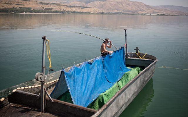 """Photo d'illustration : Des pêcheurs du kibboutz  Ein Gev sur le bateau de pêche """"Gil,"""" sur le lac de Tibériade, au nord d'Israël, le 7 mai 2017 (Crédit : Maor Kinsbursky/FLASH90)"""
