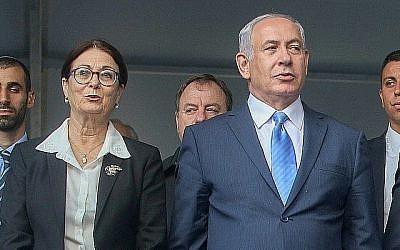 Le premier ministre Benjamin Netanyahu, à droite, avec la juge en chef de la Cour suprême Esther Hayut, au cimetière du mont Herzl à Jérusalem, le 1er novembre 2017. (Marc Israel Sellem/Pool)
