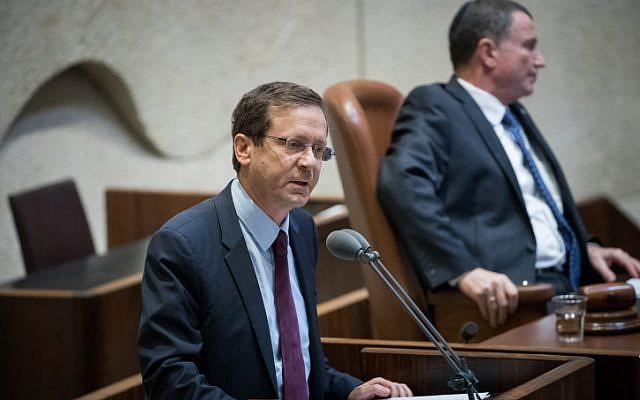 Le chef de l'opposition Isaac Herzog s'adresse à la Knesset le 21 novembre 2017, lors d'une cérémonie marquant les 40 ans de la visite du président égyptien Anouar Sadate (Yonatan Sindel/Flash90).