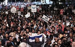 Des demandeurs d'asile africains et des militants des droits de l'homme protestent contre les expulsions à Tel Aviv, le 21 février 2018. (Crédit : Tomer Neuberg/Flash90)