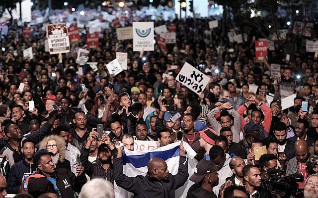 Des demandeurs d'asile africains et des militants des droits de l'homme protestent contre les expulsions à Tel Aviv, le 21 février 2018 (Tomer Neuberg/Flash90).