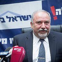 Le ministre de la Défense Avigdor Liberman dirige une réunion de faction de son parti Yisrael Beytenu à la Knesset, le 12 mars 2018. (Miriam Alster/Flash90)