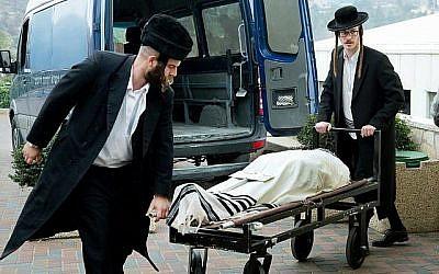 Les membres d'une association de hevra kadisha (pompes funèbres), qui préparent un corps pour l'enterrement, conformément aux coutumes juives. (Moshe Shai / Flash90)