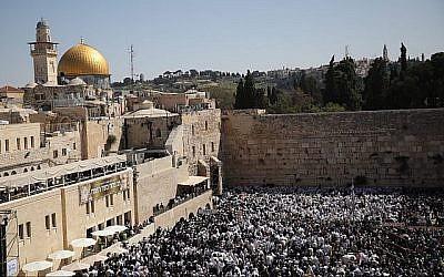 Des fidèles juifs prient devant le mur Occidental dans la Vieille Ville de Jérusalem pendant la bénédiction sacerdotale traditionnelle lors de la fête de la Pâque, le 2 avril 2018 (Hadas Parush/Flash90).