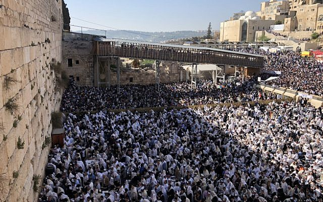 Des fidèles juifs prient devant le mur Occidental dans la Vieille Ville de Jérusalem pendant la bénédiction traditionnelle des cohanim lors de la fête de Pessah, le 2 avril 2018 (Hadas Parush/Flash90).