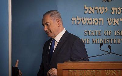 Le Premier ministre Benjamin Netanyahu lors d'une conférence de presse annonçant le nouvel accord pour le traitement des demandeurs d'asile et des migrants africains illégaux en Israël, au bureau du Premier ministre à Jérusalem, le 2 avril 2018. (Hadas Parush / Flash90)