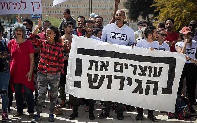 Des demandeurs d'asile africains et des activistes israéliens manifestent devant le bureau du Premier ministre à Jérusalem, contre leur expulsion, le 3 avril 2018. (Crédit : Hadas Parush / Flash90)